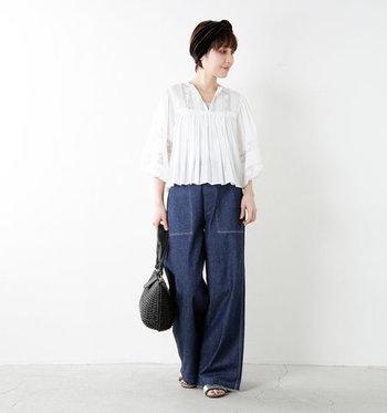 ひらひらと揺れる、裾や袖が女性らしい白ブラウス。デニムのワイドパンツを合わせて、甘くなり過ぎないプレーンな着こなしに。ショート丈のブラウスは、タックインなしでもバランスがとりやすいです。