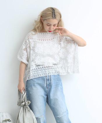 白ブラウスは爽やかで涼しげな、夏にぴったりのアイテム。さりげなく甘めデザインのブラウスを着こなしに取り入れて、大人のフェミニンコーデを楽しんじゃいましょう♪