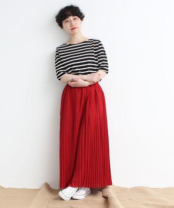 真っ赤なロングスカートには、ボーダーのトップスを合わせればデイリー使いにも対応。プリーツの入ったロングスカートは、トップス次第でテイストを変えられる優秀アイテムです。