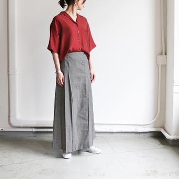 マットカラーの赤が、大人っぽさを演出してくれる開襟シャツ。明るすぎないレッドカラ―は、グレーのかっちりロングスカートと合わせてハンサムレディな着こなしに仕上げて。