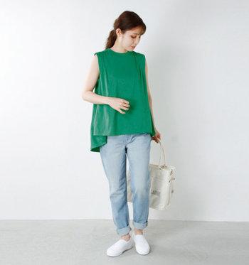 ボリューミーなフレアデザインで、一枚でそのまま着られるグリーンのワイドタンクトップ。薄色デニムと合わせて、シンプルなのに爽やかな着こなしに仕上げて。小物を白でまとめているのも、爽やか見えするポイント。