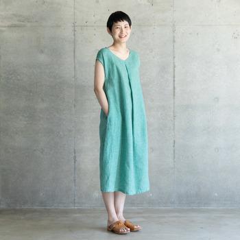 鮮やかな緑に、白のチェック柄がデザインされたシンプルワンピース。そのまま一枚で着られるシルエットで、大人のラフな夏コーデにもピッタリのアイテムです。カーディガンなどで、色をプラスしたスタイリングも素敵ですね。