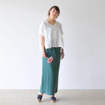 キレイなグリーンのロングスカートは、白のゆったりブラウスと合わせて。タイトスカートでスマートな印象を与えつつ、白ブラウスで涼しさとラフ感をプラスしています。タックインしてもしなくても、それぞれのニュアンスの良さが出せそう。