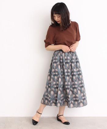 こちらは孔雀をイメージしてデザインされた、リバティプリントのロングスカート。洗練された大人の女性のイメージがあるアイテムは、落ち着いたベーシックカラ―のトップスと合わせるのがおすすめ。渋めカラーやくすみカラーのトップスで、レディなコーデを楽しめそうです。