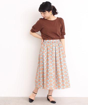 ポピーをデザインして作られたリバティプリントのロングスカートは、オレンジ×水色の配色がとっても爽やかな一枚です。オレンジと合わせるとまとまり感の出るブラウンカラーのトップスで、華やかさ&大人のゆとりをプラス。