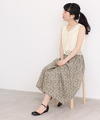 古着のようなヴィンテージ感のあるリバティプリントのスカートは、白のノースリーブトップスと合わせてコーディネート。シンプルなのにしっかりアクセントのあるトップスで、デートコーデにもぴったりな女性らしい着こなしに。
