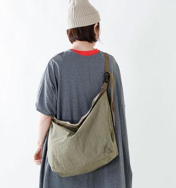 メンズライクなカラーリングと風合いで、抜群のこなれ見えが叶うこちらのバッグ。フォルムが柔軟に変形するため、腰や背中にしっかりフィットしてくれます。