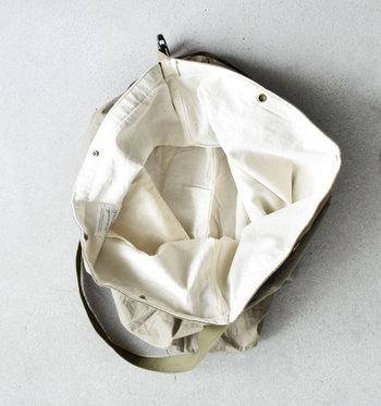 口はガバッと開き、荷物の出し入れもラクラク♪開口部にはスナップボタンがついていて、閉めるときはパチンと留めるだけのお手軽さ。