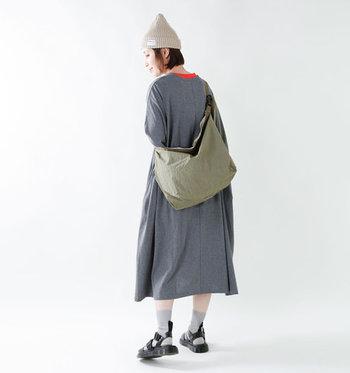 ボーイッシュな装いにはもちろん、ちょっと甘めのガーリースタイルにもすんりマッチ。ベーシックな色なので、どんなコーディネートにもしっかり馴染んでくれますよ♪