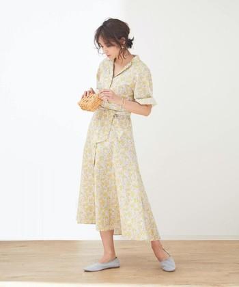 夏らしいイエローのリバティプリントワンピースは、一枚でそのまま着るだけで好印象を与えられるアイテム。グレーのシューズで大人っぽさをプラスしつつ、アクセサリーやヘアアレンジでワンピースの華やかさをより引き立てています。