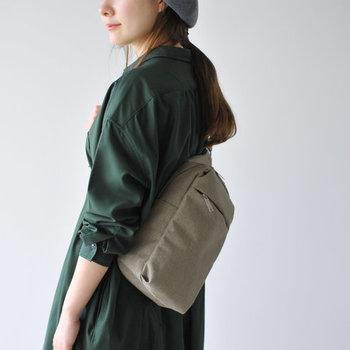 「たくさんポケットのあるバッグがいい!」という方には、こちらのクロスバッグをレコメンド。外側にはちょうどいい大きさのポケットがついていて、ティッシュやハンカチなど、すぐに出したいものがササッと取り出せます。