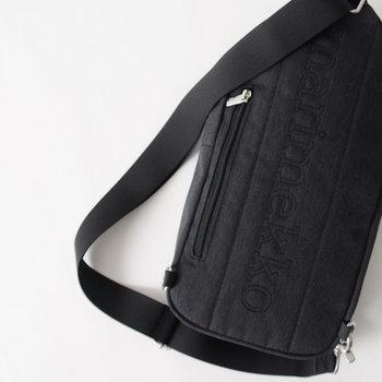 さらに背面にもファスナーポケットを装備。携帯電話やチケットといった、他とは分けておきたい小さな貴重品を収納するのに便利です。