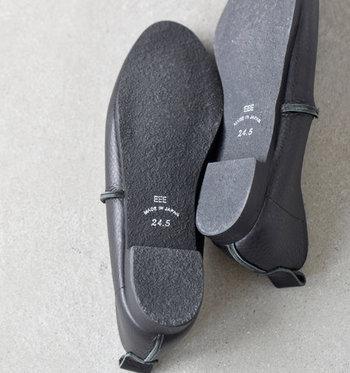 滑りにくい凹凸感のある靴底。ヒールの着地面が広く、安定感もバッチリです。