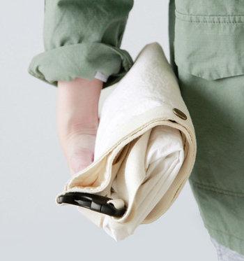 生地には薄手のコットンナイロンウェザーを使用。とっても軽量で、折り畳むとこんなにもコンパクトに!