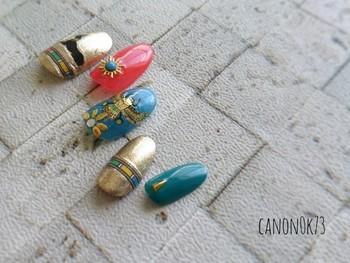 鮮やかなブルーとピンクを主役にすれば、夏らしい季節感はばっちり!ゴールドもふんだんに使い、手元をフォーキーかつグラマラスに演出。