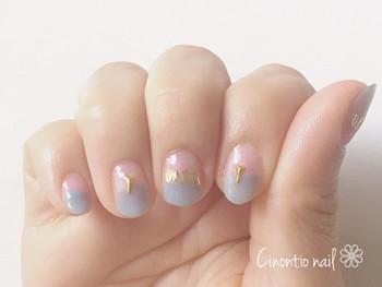 爪の上下を淡いピンクとブルーで塗り分け、センターにゴールドのネイルシールをON。エスニックネイルには珍しいまろやかなカラーブロックが新鮮です。