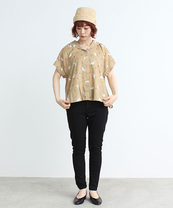 ゆったりめの開襟シャツで、ちょっぴりノスタルジックな装いに。ベージュ×ブラックのパキッとしたコントラストで、ワンツーコーディネートに小気味よいメリハリをつくって。
