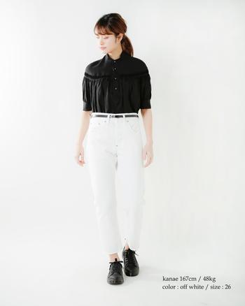 深いブラックと濁りのないホワイトで、潔いモノトーンルックに。シャツの裾IN&ウエストマークでスタイルアップも狙います。シューズは重みのあるスニーカーにして遊び心をトッピング♪