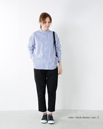 シックになりがちなブラックの細身パンツを、ブルーのボタンダウンシャツで爽やかに昇華。ボタンはあえて上まで閉め、ほんのりトラッドなテイストを意識!