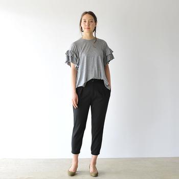 今季もハズせない袖コンのプルオーバー。ボトムにはシンプルはブラックパンツを持ってきて、その華やかさを存分に引き立てます。