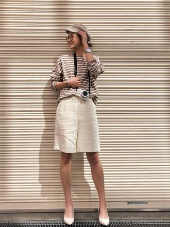 ホワイトカラーのリネンショートパンツをベージュカラーのボーダーと合わせてやわらかい印象に。パンツと同系色のヒールを合わせて品良くまとめています。