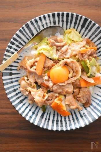 にんにくの風味がガツッと効いた、見た目も香りも食欲をそそる一品。暑くなるこれからの季節、食欲がない時でもペロっとおいしくいただけちゃうレシピです。卵と絡めながら、お腹いっぱい召し上がれ♪