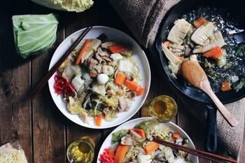 野菜を炒めた時に水分がいっぱい出ちゃったな…という時には、調味料と一緒に片栗粉をIN。そうすれば、トロミのついたあんかけ料理の出来上がり。