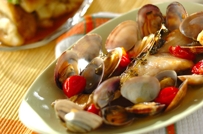 また、牡蠣の魚介の出汁に近づけるには、アサリやしじみなどの貝のインスタント味噌汁や、パスタソースを使うというのもおすすめ! お水を足しながら煮詰め、味見をしつつお砂糖やみりん、はちみつなどの甘みと、お醤油を少しずつ混ぜるとオイスターソースに近づくことができますよ。