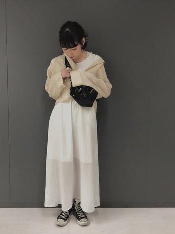 ゆったりとした開襟シャツは羽織としても使えます。白×ベージュの同系色で合せた、ナチュラルな雰囲気が素敵。
