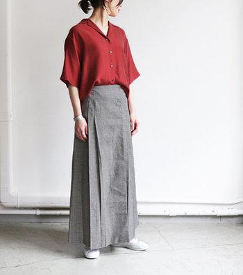 ロングスカートには、落ち着いたレッドの開襟シャツを合わせて、ゆったりしつつも品が漂う大人なスタイルの完成です。