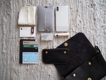 バッグやポケットの中など、ハンカチはおでかけの際の必需品です。バッグやポケットの大きさに合わせて無理なくセットできるサイズを選ぶと使いやすいですよ。ハンカチの種類によって大きさも異なりますので、サイズ違いで何枚か持っておくのも良いですね♪