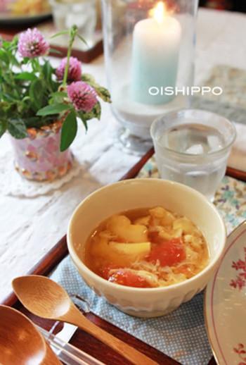 こちらのスープ。中華の炒め物を作ったフライパンそのままで作れる、とっても嬉しいレシピなんです!フライパンの油も一緒にスープにするから、洗い物もかなり楽になりますよ。