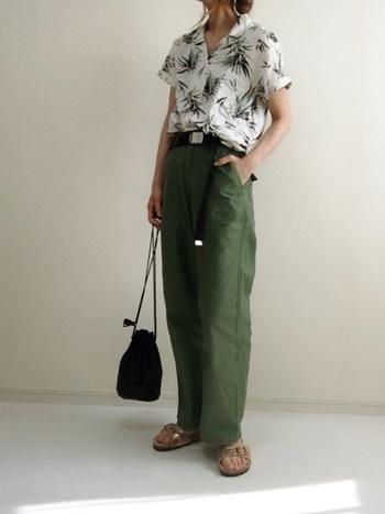 ヴィンテージ感のあるドナセラ柄プリントの開襟シャツは、カーゴパンツと合せてとことんカジュアルに着こなして。