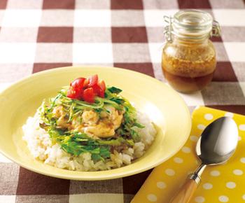 お豆腐とお好きな野菜を混ぜ合わせたヘルシー丼。すりごまとごま油の香りが食欲をそそります。お好みで柚子こしょうや七味唐辛子などを入ても◎火を使わずに完成するので、暑い夏でもチャレンジしやすいレシピです。