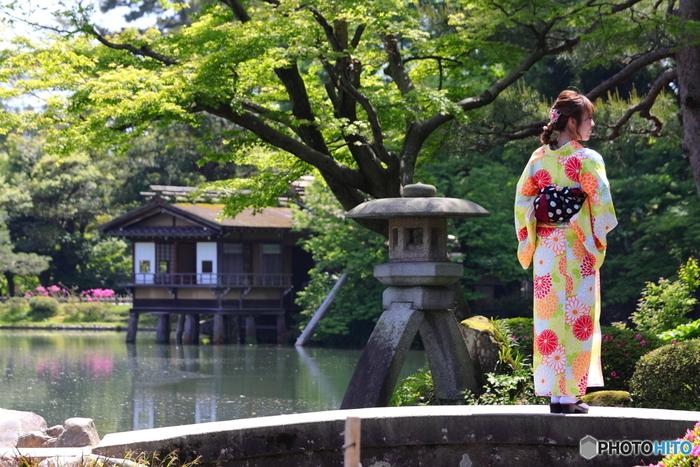 日本三名園のひとつで、国の特別名勝にも指定されている兼六園。春夏秋冬どの季節に行ってもそれぞれの美しさがあります。歩き疲れてもベンチがたくさんあるので、着物に優しい庭園です。