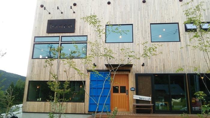 西原村・山田牧場道のほど近くにある「banco cafe(バンコカフェ)」は、阿蘇の自然を眺めながらゆっくりとした時間を過ごすことができるお店。おしゃれで温もりを感じられる、木造の建物が目印です。