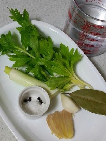 野菜のくずが少なめの時には、ローリエや和風だしの材料、黒コショウなど香りの出る材料を加えると良いそうです。