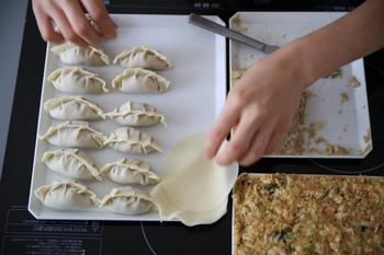 餃子の包み方もいろいろありますが、カタチはお好みで。共通のポイントは、餡や皮の中に空気が入らないように包むこと。せっかくの旨味や肉汁を逃がさないように、しっかりと包んであげてくださいね。