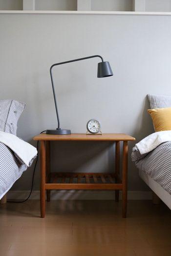 デンマークヴィンテージ家具のオークのソファテーブルです。オークの深みのある色合いが落ち着いた雰囲気をもたらしています。 使い勝手の良い高さで棚付きなので、読みかけの本や小物の収納にも便利。