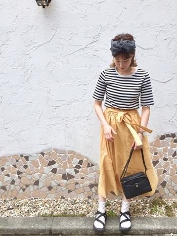 ウエストリボンなどガーリーなスタイルのときには、サンダルに靴下を合わせるのが◎かわいらしさを邪魔せず、甘くなりすぎないのが嬉しい。