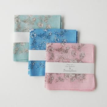 オーガニックコットンを100パーセント使用したハンカチです。横浜で120年の歴史を持つ手捺染技術を用いて、手作業で染められています。技術はヨーロッパにも負けない高度なものと言われています。