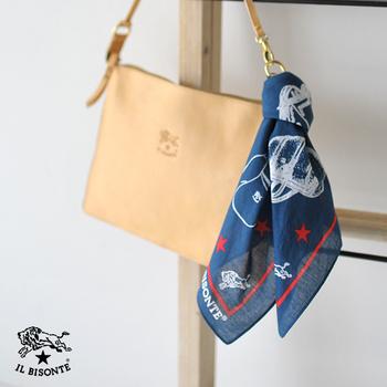 ハンカチのほか、スカーフ、ポケットチーフなどに使えます。こんな風にバッグのおしゃれアイテムとしても◎