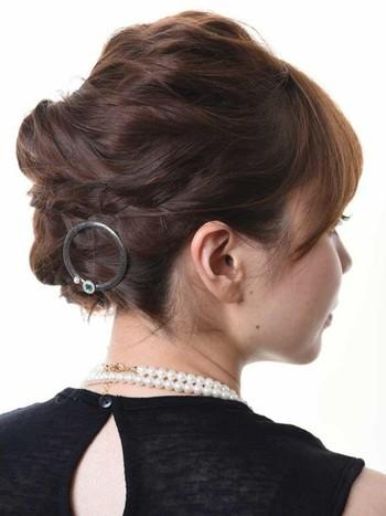 結婚式や披露宴といったフォーマルなシーンでは、毛束の流れをととのえてあげると丁寧な雰囲気があらわせます。