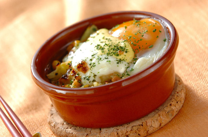 キャベツにツナ、卵とコーン、サワークリームといろいろな素材がバランスよく配合されているココットです。オーブンで仕上げるので、大人数の朝食でも一気に作ることができるレシピになっています。