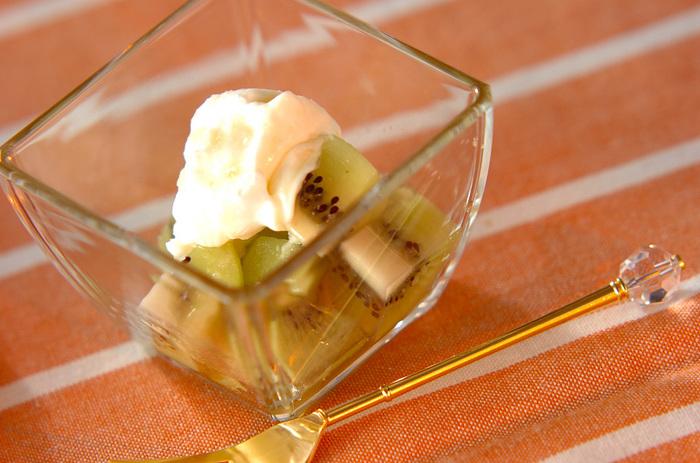 カットしたフレッシュキウイにハチミツとサワークリームをトッピング。甘酸っぱいキウイにサワークリームがコクをプラスしてくれます。しっかり冷やしてからいただきたい簡単デザートですね。