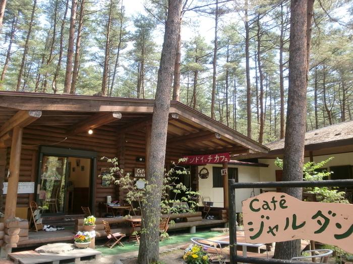 JR大糸線の安曇追分駅から約4キロ頃の森の中にある、ログハウス風の「Cafe ジャルダン」。手作り感のある看板があたたかい雰囲気です。