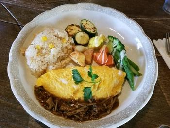 こちらは「オムレツ温野菜添え」。ガーリックライスorマフィンからセレクトできる人気メニュー。ふっくらとろとろのオムレツと新鮮や野菜の組み合わせに笑みがこぼれます。