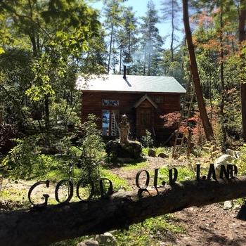 穂高川沿いにある隠れ家のような「Good Old Land(グッド オールド ランド)」は、ナビをセットしてもたどり着けないという方もいるほどの穴場カフェ。森の仲の小さな小さな建物なので、見逃さないようにしてくださいね。