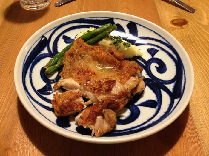 こちらもランチメニュー「チキンの香草焼き」。オーブンで焼いた鶏肉は皮目がパリッと香ばしい仕上がりです。