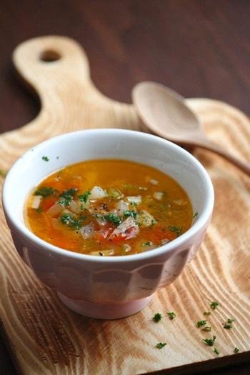赤唐辛子の辛味が効いたミネストローネ。トマトやピーマンなどの具材をじっくり煮込むと、野菜の出汁がしっかり出ておいしくなります。最後に粉チーズをかけてあげると見栄えも味もUPしますよ♪